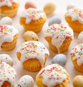 Muffins mit Zuckerguss und Ostereiern